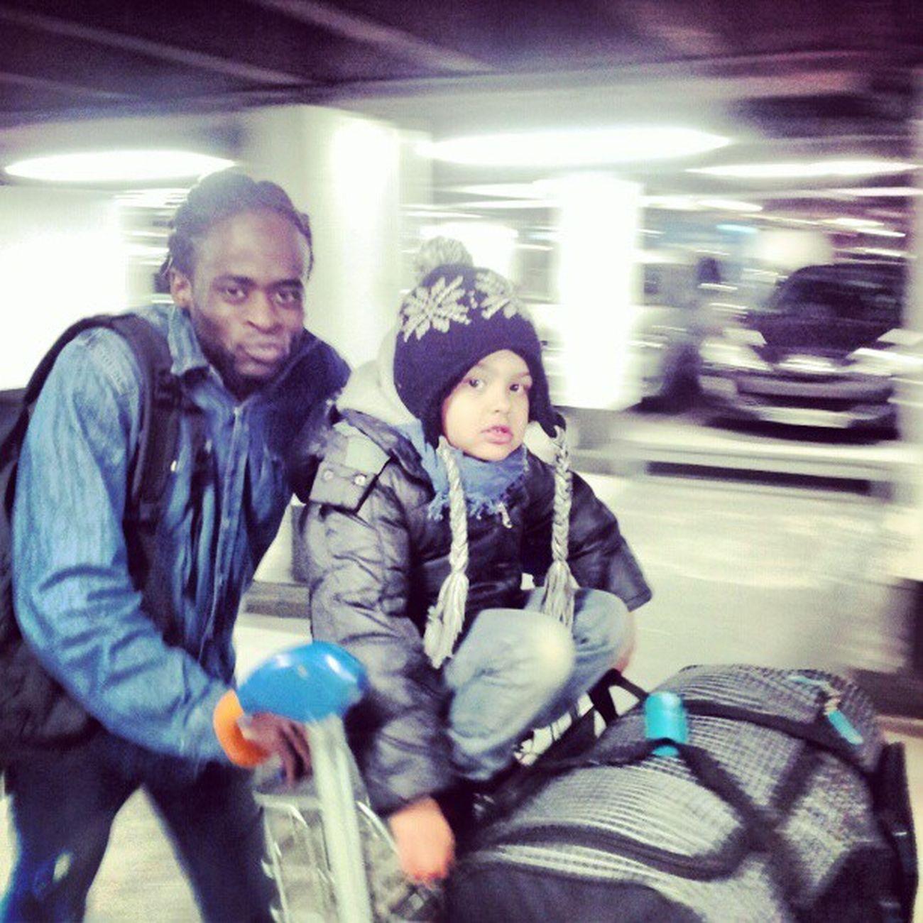 Mon negro en direction de Brazaville a Roissy Charlesdg France paris avc mon ' looou '' a l' aéroport de gaule '''