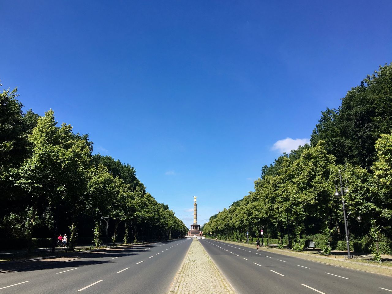 One of Berlins main streets without traffic! On a Wednesday! At noon! Later I found out that there was a marathon especially for Berlin companies. On a Wednesday! At noon! hahaha. That's Berlin. Good that I was by bike. Berlin Photography Berliner Ansichten Berlinstagram City Life City Street Cityscape Copy Space Empty Road Main Street Road Street Travel Destinations