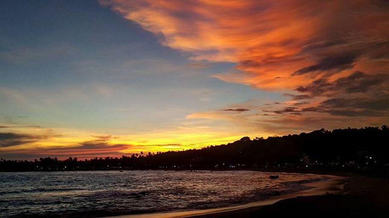 В Шри-Ланке к покойным ходят три дня, с утра до утра, чаще всего после восьми вечера. А когда возвращаются домой, снимают всю одежду перед тем, как войти в свой дом, и моются на улице. Чтобы не привести домой смерть. Я это понимаю. шриланка шриланка2016 унаватуна галле Хиккадува SriLanka Unawatuna Galle Hikkaduwa Srilanka2016 дневникцойлиты