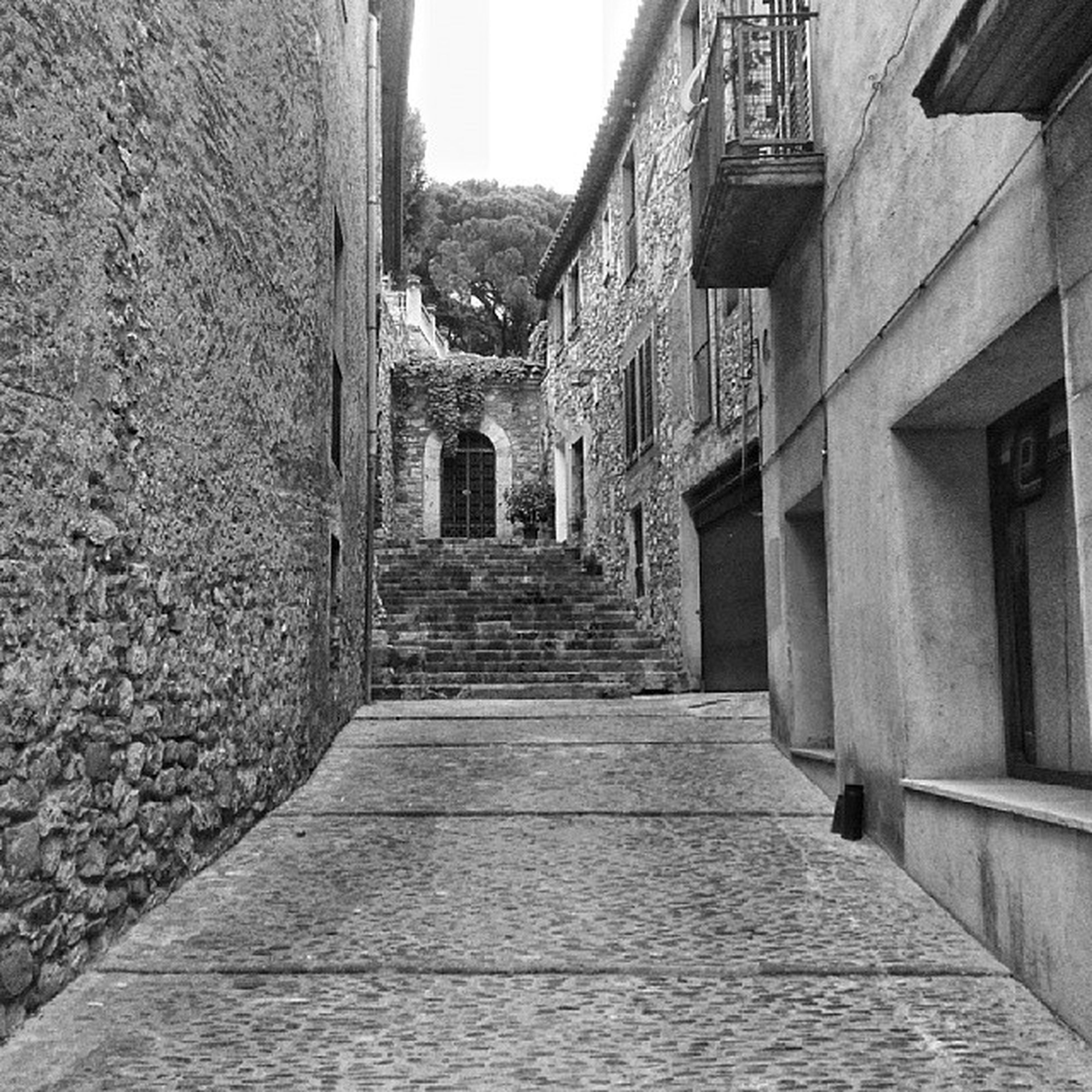 architecture, built structure, building exterior, the way forward, diminishing perspective, steps, history, building, stone wall, narrow, wall - building feature, day, vanishing point, no people, outdoors, old, walkway, steps and staircases, pathway, stone material