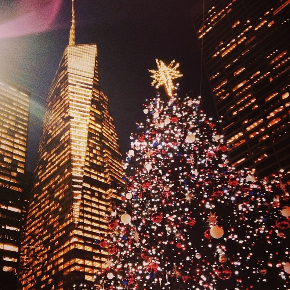 Lights! 🎄🌃🎆 Newyorkcity NYC Holidays Christmas Tree Lights Sparkling Bankofamerica Building Gold Shiny Instantartist
