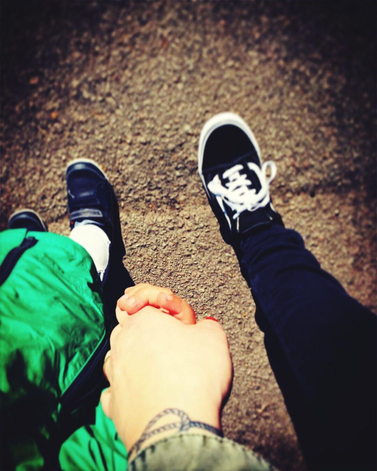 Se sentir important à travers les yeux d'un enfant. ❤️ Kid Enfant Au Pair Love Feel Important Check This Out Hanging Out Hands Tattoo Vans Holding Hands Baby Little Boy Happiness