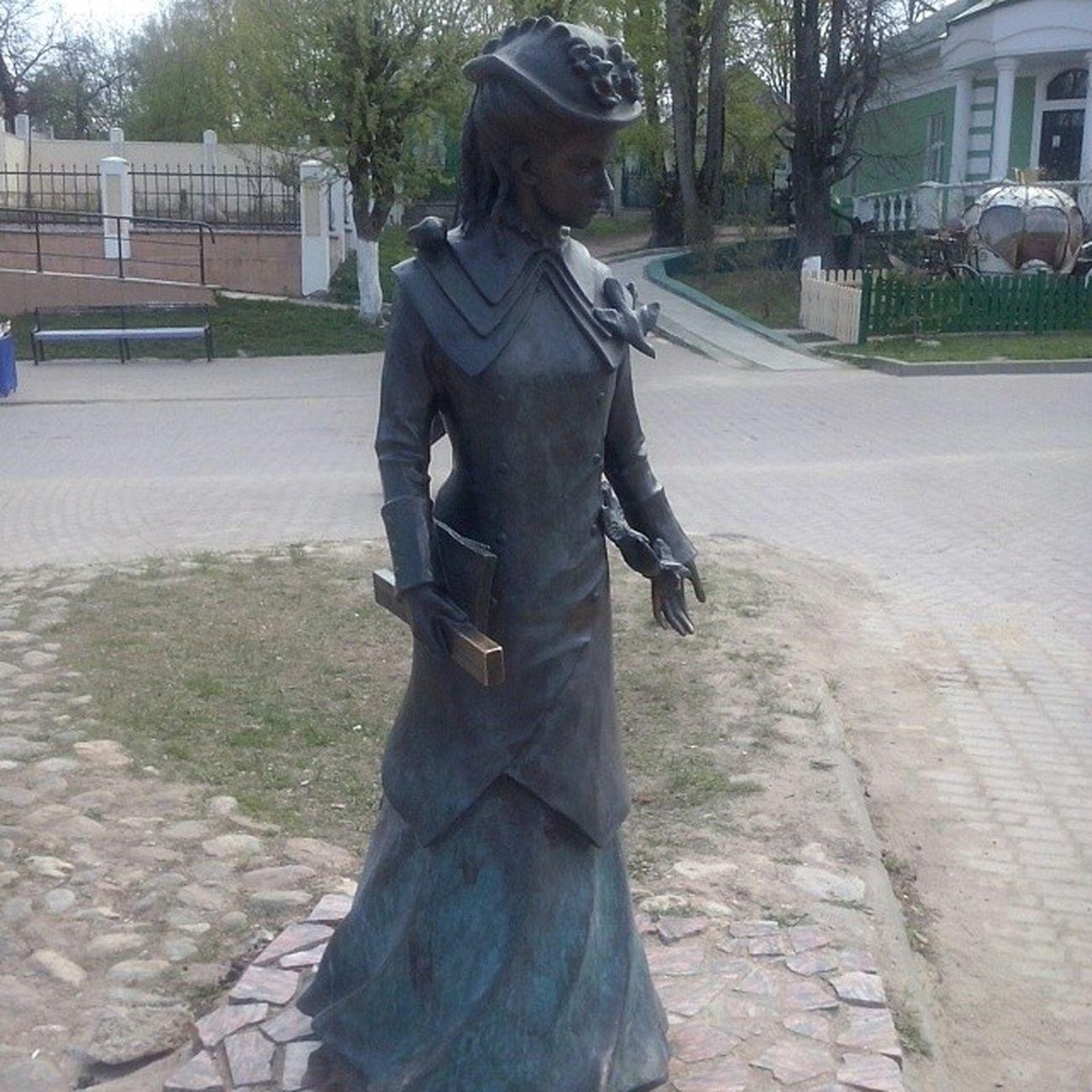 Статуя гимназистки