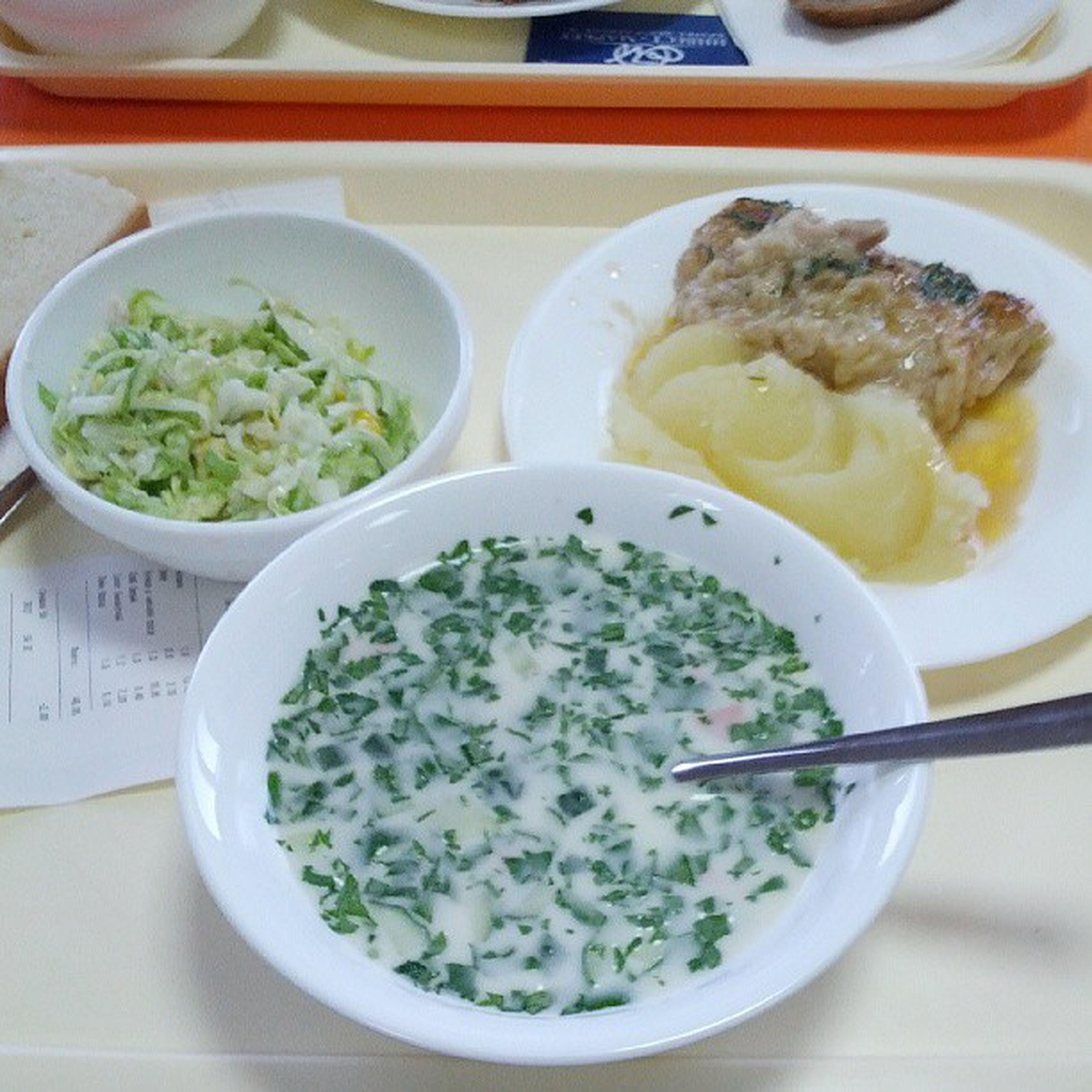 окрошка , пюре , курица в чесночном соусе, хлеб белый, салат Пикантный.