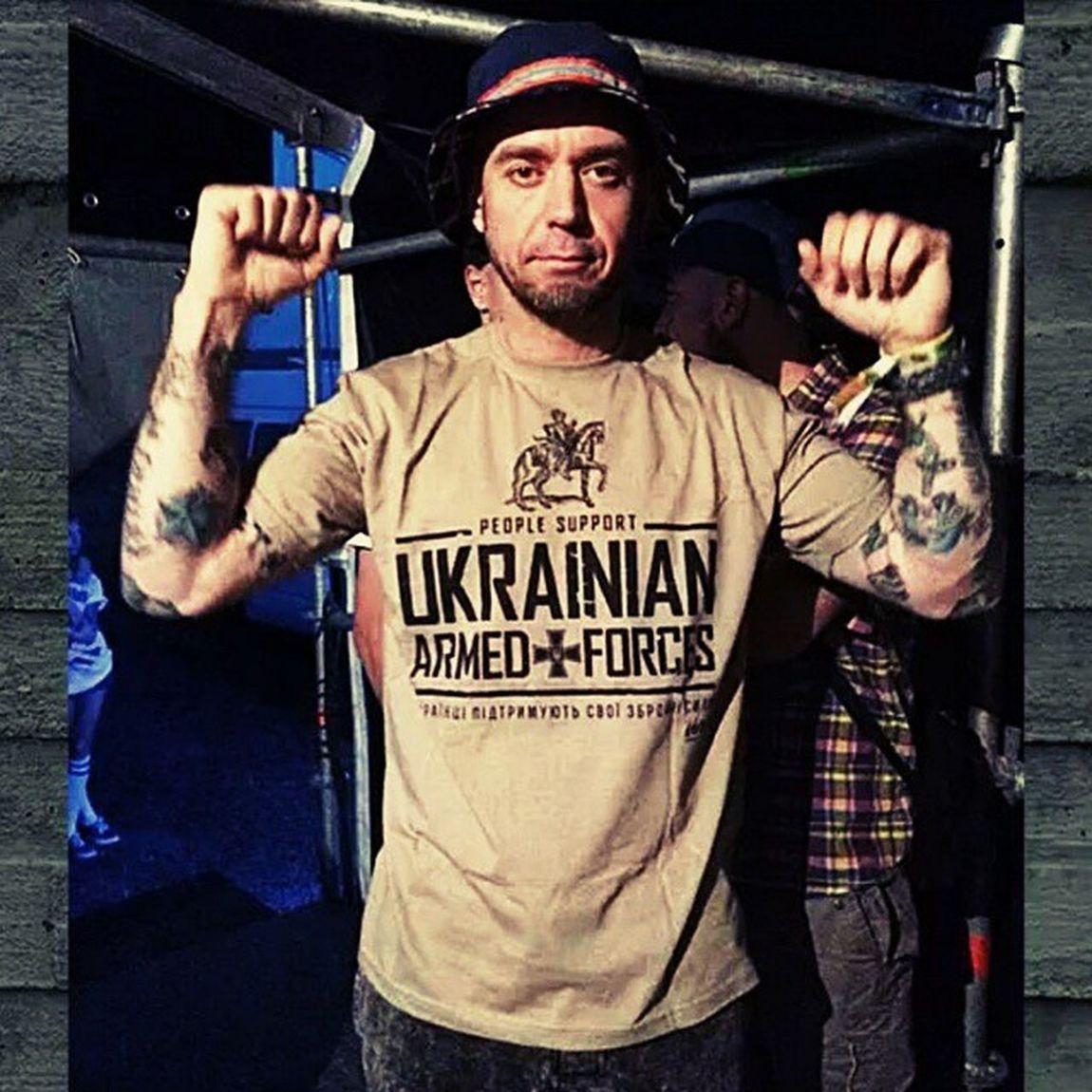 Сергей Михалок в футболке от lutasprava.com, такая же есть у меня. Покупаешь две - вторая идёт в подарок украинскому солдату. Поддержим наших защитников! ЛютаСправа ПомощьВоенным ПомощьАрмии война Михалок брутто трубецкой ляпис
