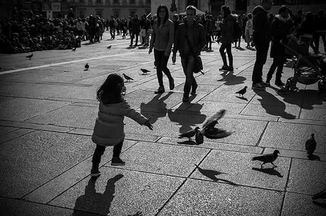 """""""I bambini sono divertenti proprio perché si possono divertire con poco..."""" HvonH Bnw_italia Bnw_life Bnw_captures Bnw_collection Blackandwhite Photography Blackandwhite Kids Bambini  Biancoenero Duomo Di Milano Niece  Nipote Milano Pigeons Piccioni Giochi Playing Bnw_worldwide Monochromatic Monochrome Monochrome _ Collection Monochrome_life"""