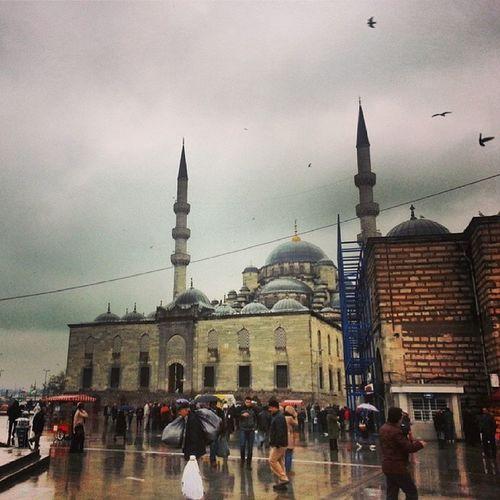 Bağzı fotoğraflar kuşların karnını doyurur. Instaturkey Instagood Instagram Istanbul sirkeci
