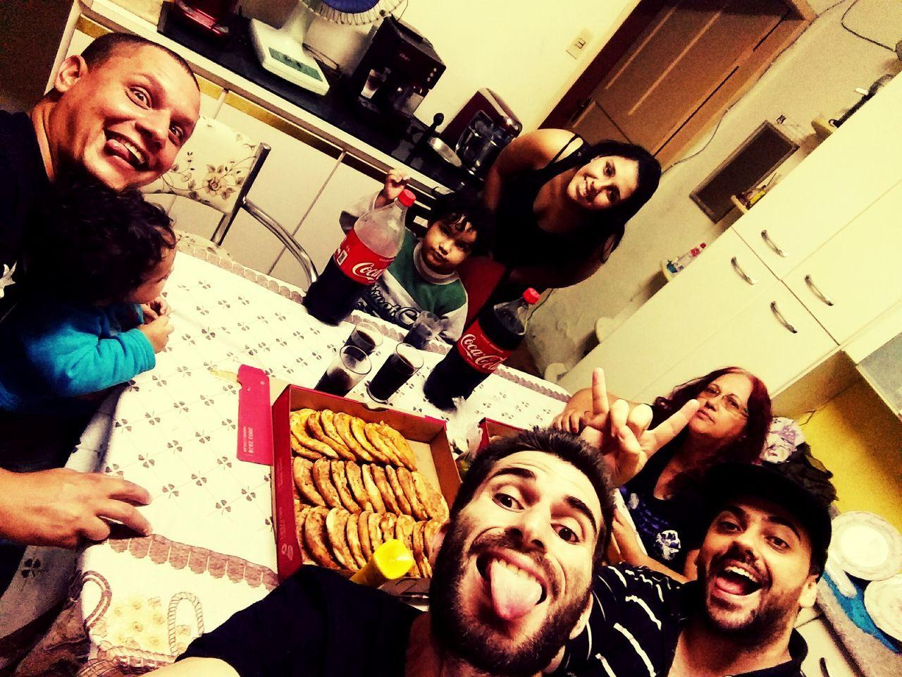 Com os amigos comendo esfiha Comidas Happiness Amigos First Eyeem Photo