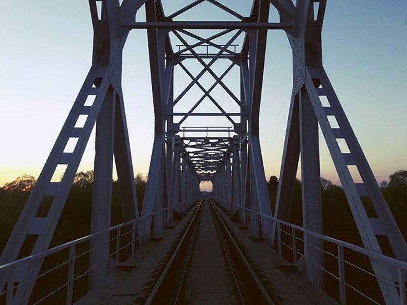 Хз как, но вышло неплохое фото) Гомель мост сож вечер
