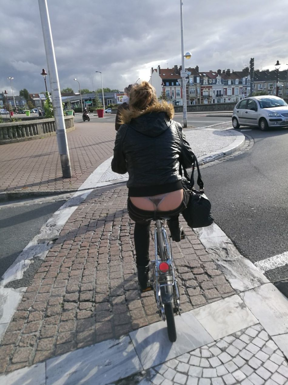 Rear View One Woman Only City One Person Outdoors Urban Road Followme Suivezmoi Clin D'œil String Velo Bicycle Beautifully Organized