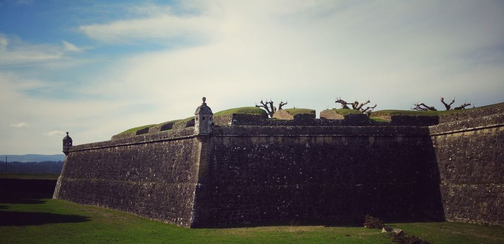 Security Fence Sky Protection Boundary No People Outdoors Grass Cloud - Sky Defense Wall Castle Castles Castelosdeportugal Fortress Wall Portugal Built Structure Architecture Onepluslife Oneplusonephotography OnePlusOne📱 Defense Architecture Oneplus One Building Exterior