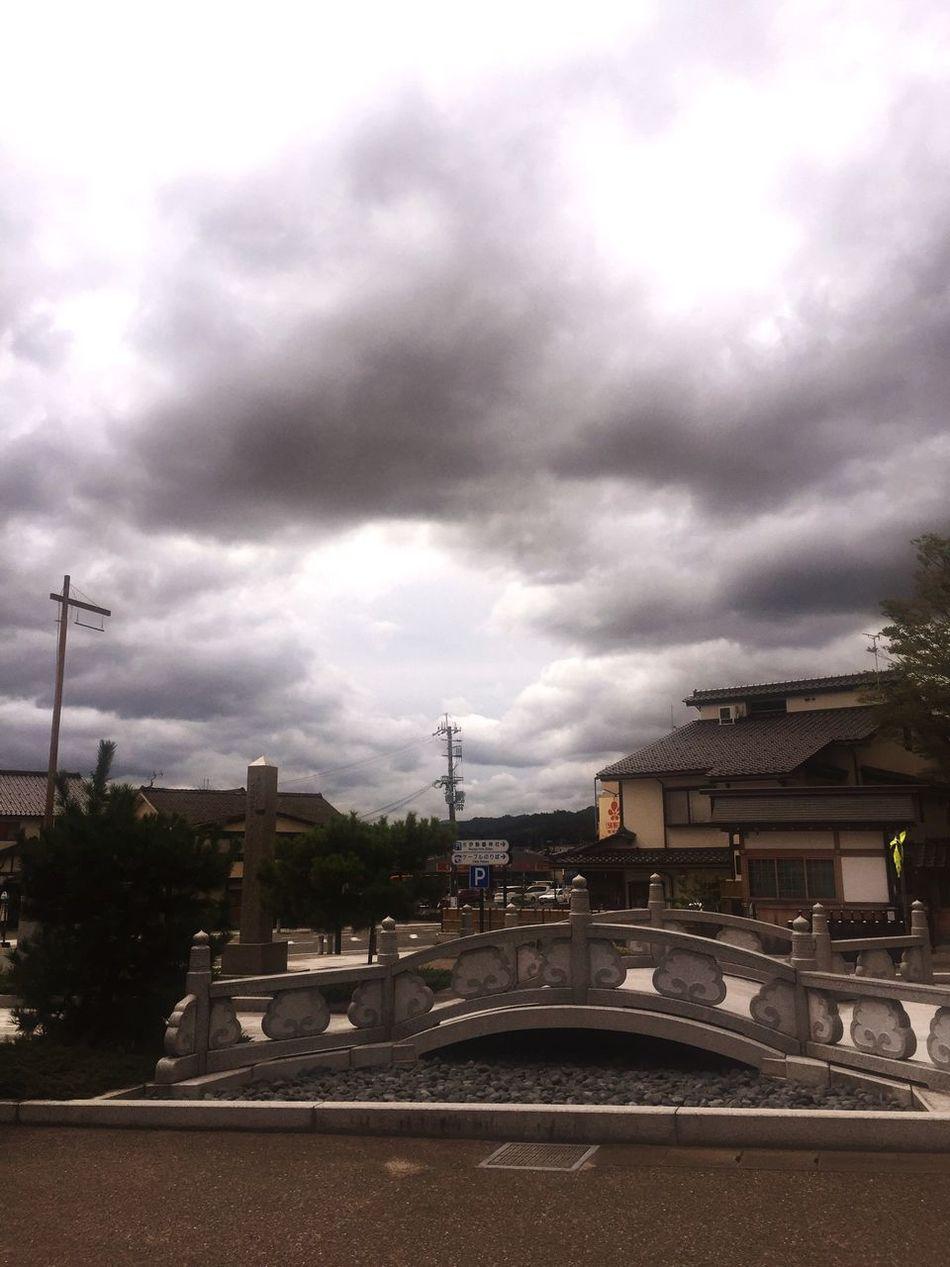 籠神社 曇り空に丸い穴が広がる 心の晴れ間のよう