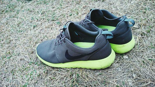 Rosherun Nike Walking Around Shoes ♥ Sneakerhead  JustDoIt Snkrfrkr #sneakerhead #solecollector #solecheck #solecontrol #solecontrolfam #kicksology #kixnation #walklikeus #lacebag #sneakersociety #sneakerporn