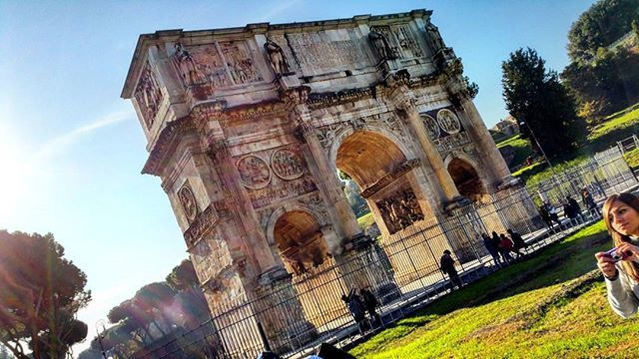 Arco di Constantino...Rome!!Igers Igersrome Rome Italy Lazio Arch Arco Constantine Triumph Sky Blusky Hotwaether Sunshine Colours Green Monument Colosseum Instadaily Instamoment Instapic Picoftheday Holidays Vacation Travel December mommycity capitale